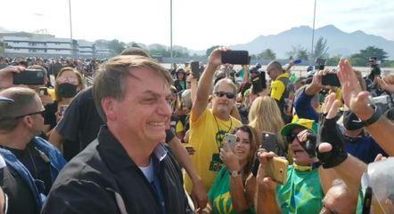 Na imagem, Bolsonaro com apoiadores no Rio