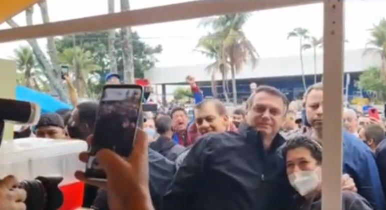 Bolsonaro come pastel e toma caldo de cana em Peruíbe (SP)