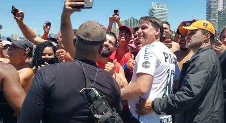 Bolsonaro atendeu apoiadores por cerca de meia hora