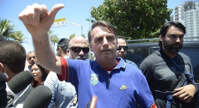 Bolsonaro foi a agência bancária e tomou água de coco no Rio neste domingo