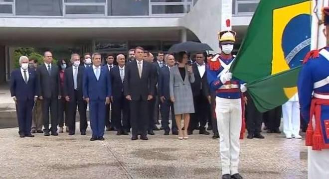 Bolsonaro, primeira-dama e ministros no hasteamento da Bandeira Nacional