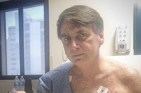 Bolsonaro caminha pelos corredores do hospital