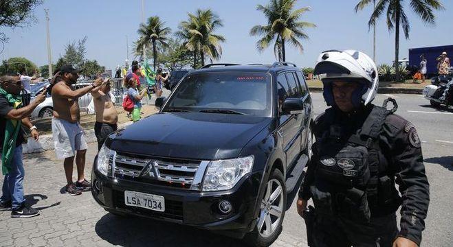 O presidente eleito Jair Bolsonaro (PSL) retorna para sua casa na Barra da Tijuca, depois de cortar o cabelo