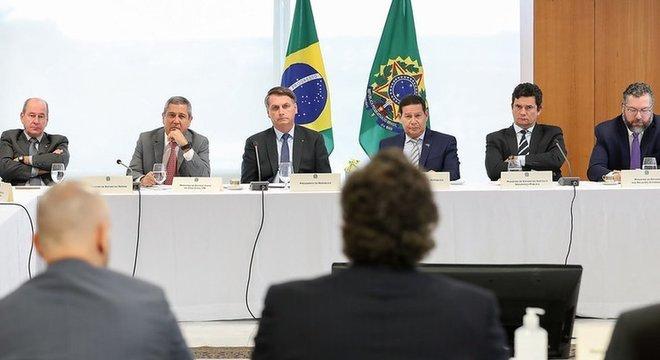 Bolsonaro em reunião com integrantes do governo — entre eles Sergio Moro, de braços cruzados à direita, cujas acusações contra o presidente ao deixar ministério motivaram inquérito