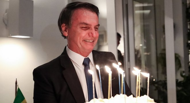 Bolsonaro na comemoração de seu aniversário, em março; especialistas ouvidos pela BBC News Brasil indicam o que os primeiros 100 dias de mandato indicam sobre o futuro político do presidente
