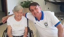 Mãe do presidente Bolsonaro se vacina em casa, em Eldorado (SP)