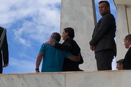 Bolsonaro tira selfies sem máscara