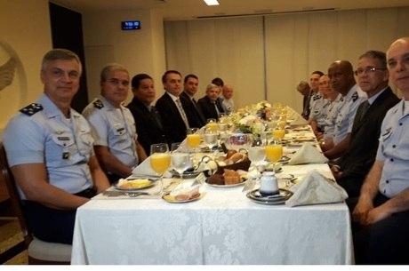 Bolsonaro toma café com Alto Comando da Aeronáutica