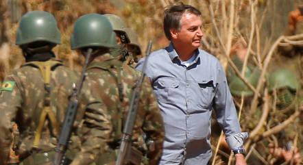 Bolsonaro participa de treinamento militar em GO