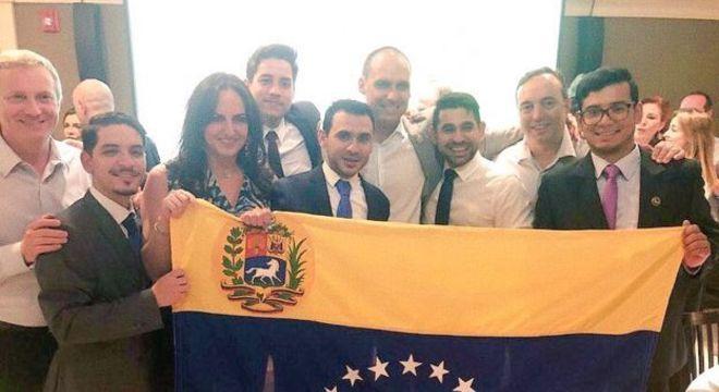 Com participação de Eduardo Bolsonaro, Rumbo Libertad fez documentário sobre os venezuelanos que chegam ao Brasil