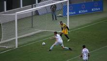Bolsonaro veste camisa 10 e faz gol em partida beneficente em Santos