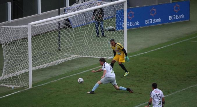 Presidente Bolsonaro aproveitou cruzamento rasteiro e marcou gol de pé esquerdo