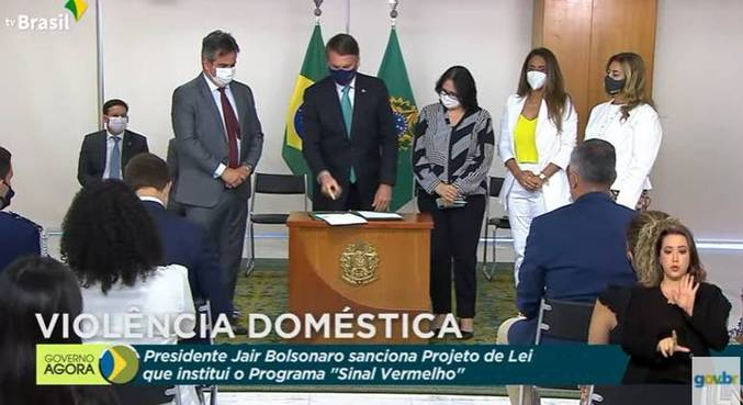 Ciro Nogueira, Bolsonaro, Damares e Flávia Arruda, durante cerimônia de sanção