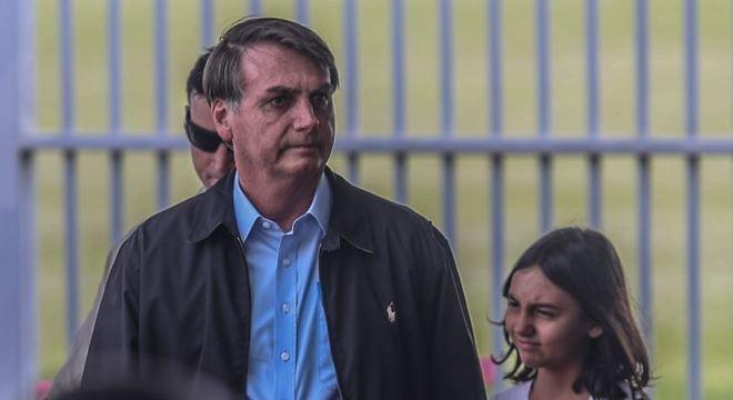 O presidente Jair Bolsonaro com a filha Laura, ao embarcar para o Guarujá em janeiro