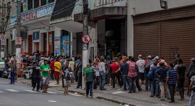 Moradores de rua em fila para alimentação, no início da pandemia em São Paulo
