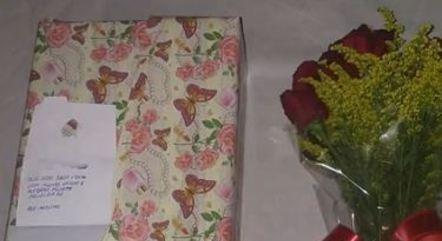 """Mensagem de cartão deseja """"muito amor e felicidade"""" à vítima"""