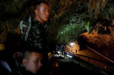 Água estava sendo bombeada para fora da caverna