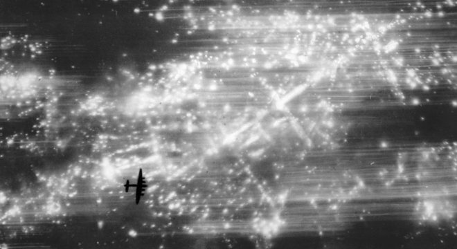 Aviões da força aérea britânica lançavam bombas explosivas e incendiárias em cidades alemãs