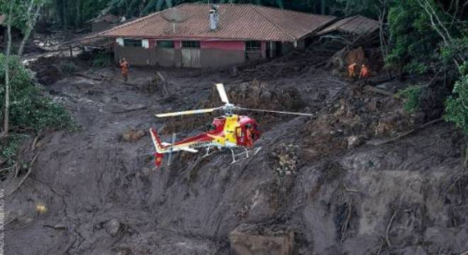 Bombeiros trabalham em área atingida pela lama da barragem em Brumadinho