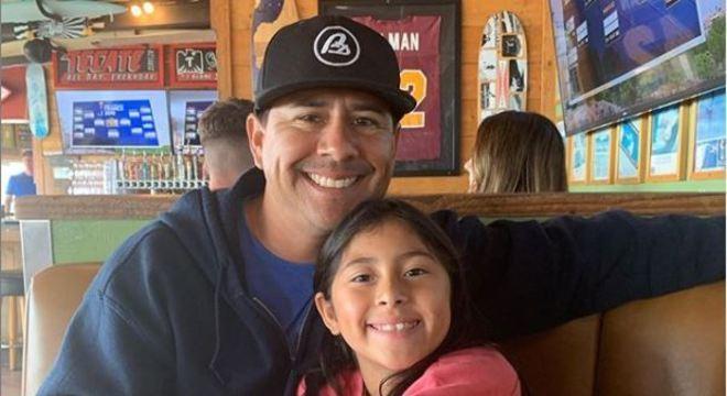 Pai e filha são inseparáveis, porém quando ele vai trabalhar ela fica morrendo de saudades