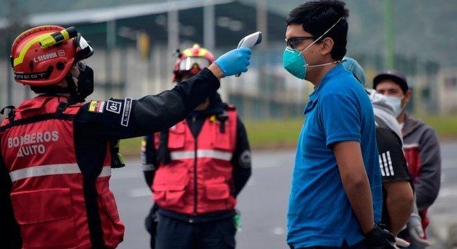 Bombeiros e polícia passaram a ajudar nos controles, medindo temperatura de cidadãos