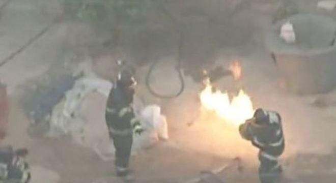 Bombeiro retirou botijão em chamas de dentro do imóvel com as mãos