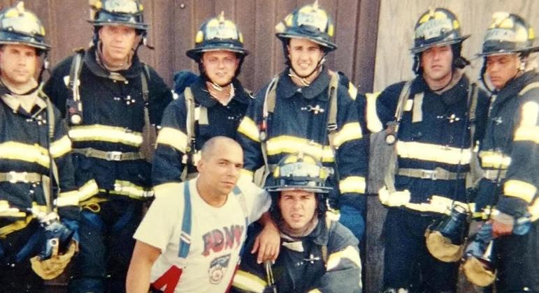 Bombeiro Thomas Distasi, de camiseta branca,  ajudou a resgatar animais nos arredores do WTC