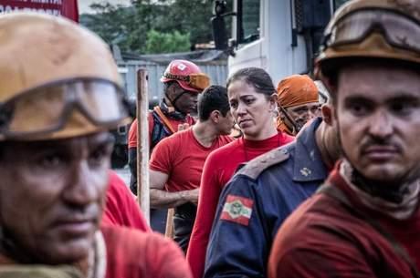 Exaustos, bombeiros retornam à base, após outra longa jornada de trabalho