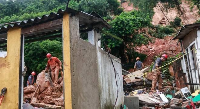 Bombeiros e Defesa civil demarcam pontos para realizar trabalhos de buscas