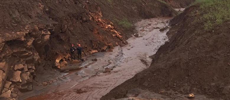 Buscas seguem em Brumadinho a procura de 25 desaparecidos