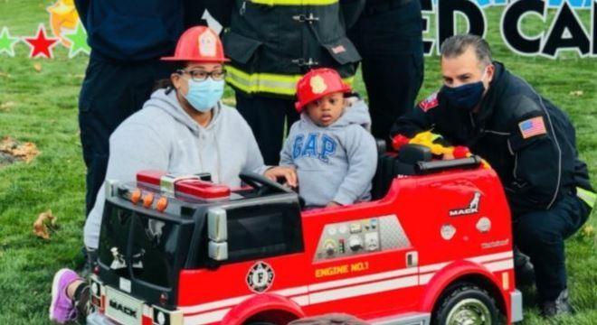 Corpo de bombeiros presenteou o menino com um minicaminhão
