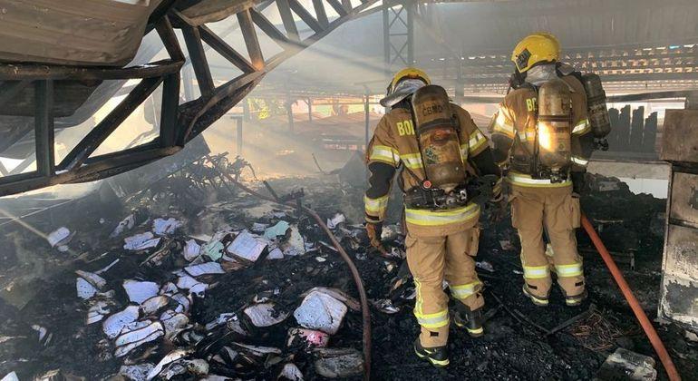 Bombeiros combatem incêncio que consumiu restaurante no Areal, no DF