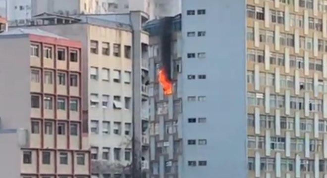Bombeiros combatem incêndio em apartamento no centro de SP ...