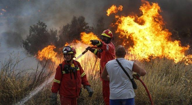 O corpo de bombeiros da Grécia foi reforçado por equipes da Itália, Alemanha, Polônia e França
