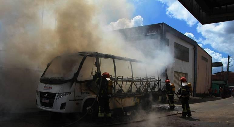 Bombeiros fazem rescaldo de ônibus incendiado em Manaus após onda de ataques