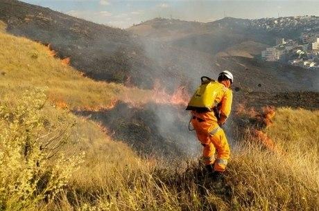 Bombeiros combatem incêndio na Grande BH