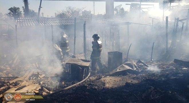 Bombeiros combatem o fogo na comunidade