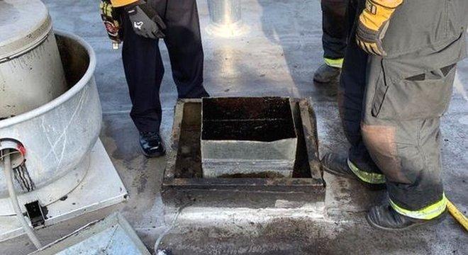 As equipes de resgate ouviram uma voz que vinha da tubulação no telhado do estabelecimento