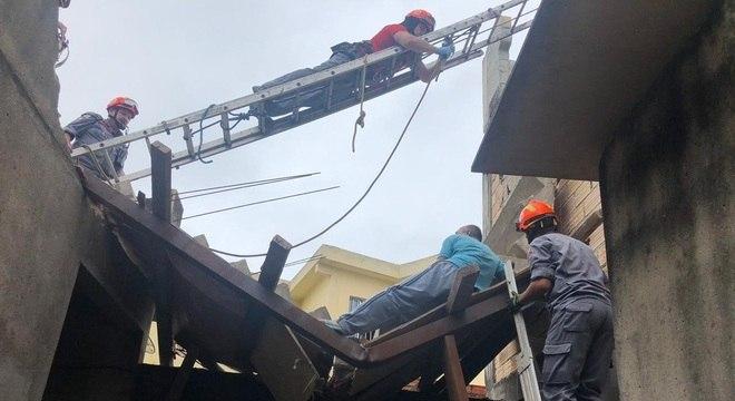 Equipes dos bombeiros tentam içar a estrutura para remover o braço da vítima