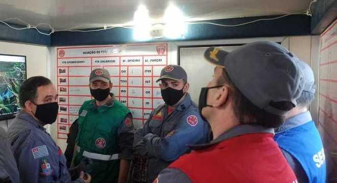 Bombeiros se reúnem para definir estratégia para combater fogo em Serra Fina
