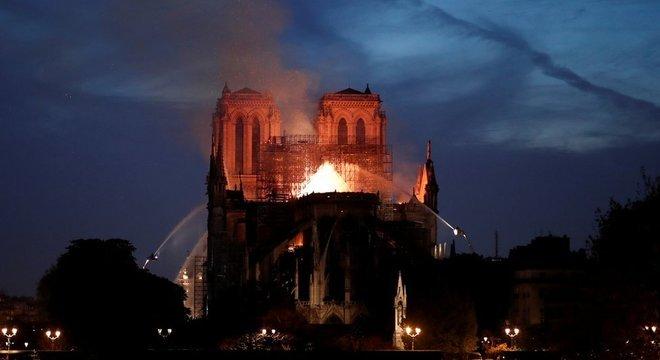 Bombeiros tentam conter as chamas na catedral de Notre-Dame