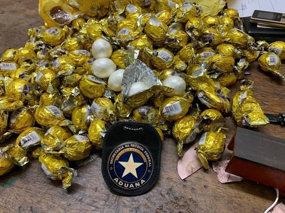 A Polícia Federal prendeu um homem, nigeriano, com 159 embalagens de bombons com cerca de 5 kg de cocaína, na noite de sábado (16), no Aeroporto Internacional de Guarulhos. O suspeito tinha como destino a cidade de Adis Abeba, na Etiópia