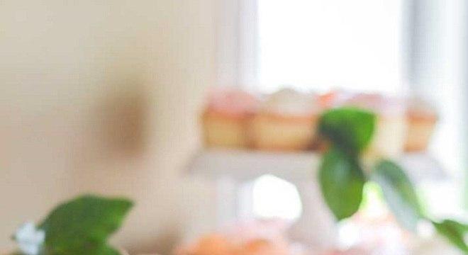 bombons e macarons para mesa de guloseimas clean