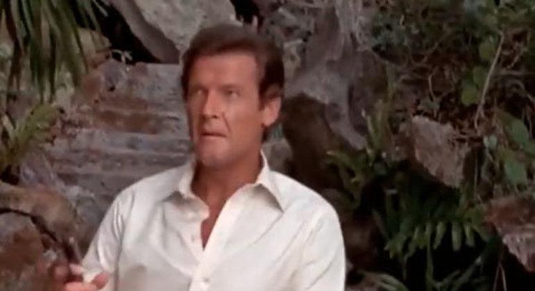Bond encontra Francisco Scaramanga em sua ilha e participa de um duelo com o inimigo. A disputa começa na praia e termina em uma casa de espelhos. No final, decide-se quem é o melhor homem com arma.