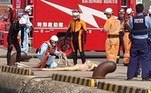 Bombeiros se apressaram para salvar uma mulher que estava se afogando em uma região portuária, mas após mergulharem na água perceberam que se tratava de uma boneca inflável descartada na água