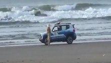 Guardas abordam mulher burlando lockdown em praia, mas era boneco