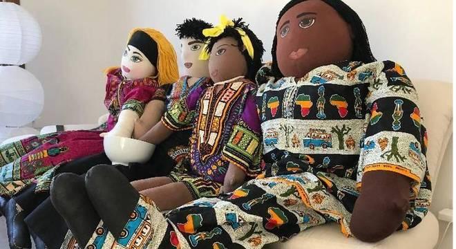 Uma família interracial de bonecos é colocada em situações do dia a dia que permitam aos educadores abordar as relações étnico-raciais com as crianças
