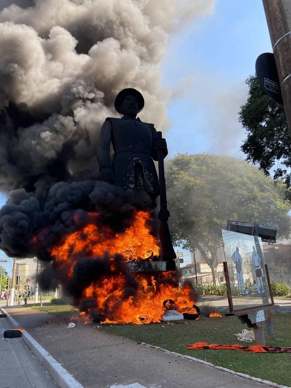 Estátua do bandeirante Borba Gato é incendiada em São Paulo - Notícias - R7 São Paulo