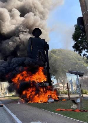 Estátua do Borba Gato, na zonal sul de São Paulo, em chamas
