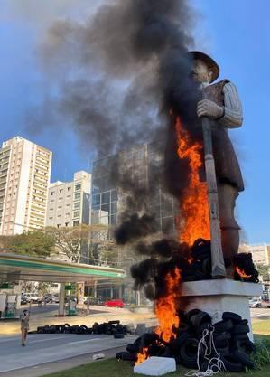 Estátua de Borba Gato foi incendiada no sábado (24)